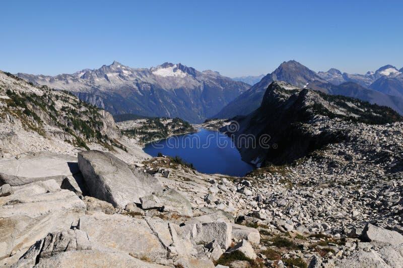 Lago ocultado en parque nacional de las cascadas del norte fotos de archivo libres de regalías
