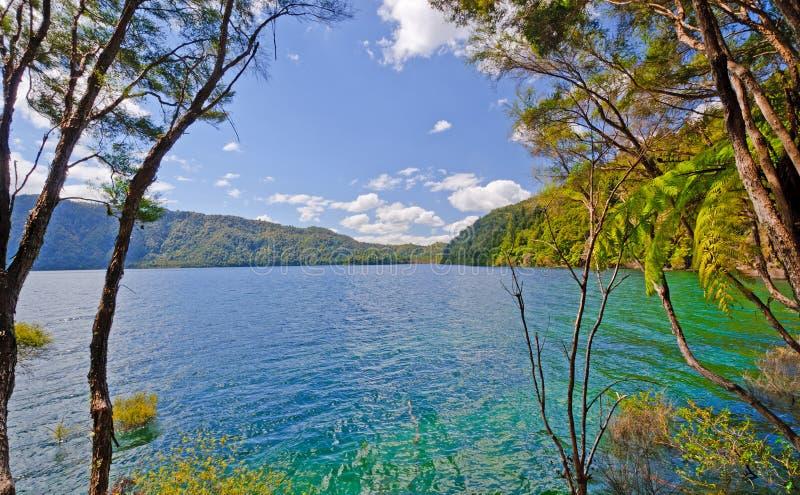Lago e céus azuis em um dia de verão imagens de stock
