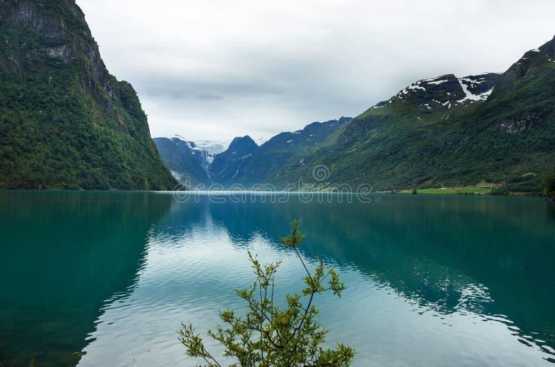 Lago Oldenvatnet com a geleira Briksdal, Noruega imagens de stock