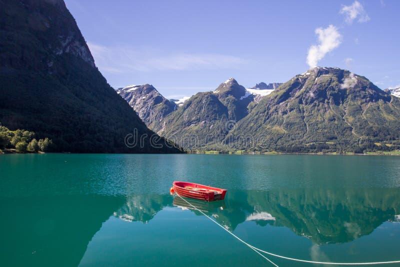 Lago Oppstrynsvatnet in Norvegia immagine stock
