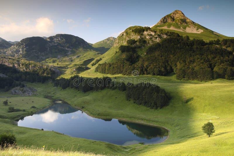 Lago Orlovacko na montanha de Zelengora do parque nacional de Sutjeska imagens de stock