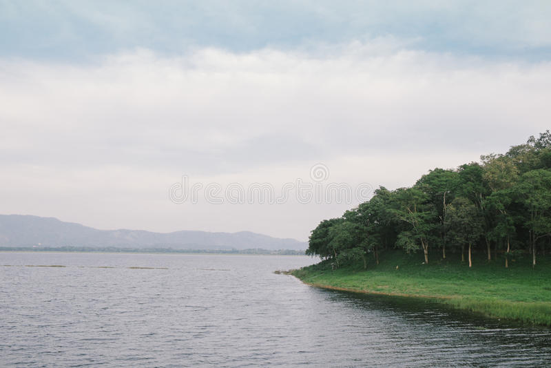 Lago pacífico en día nublado imagen de archivo libre de regalías