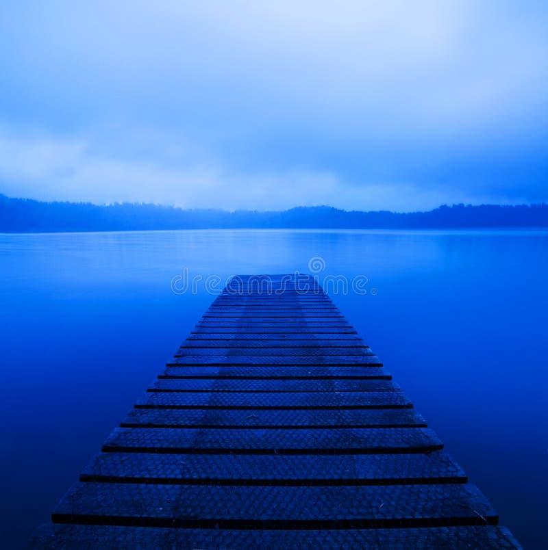 Lago pacífico tranquilo con el embarcadero imagen de archivo