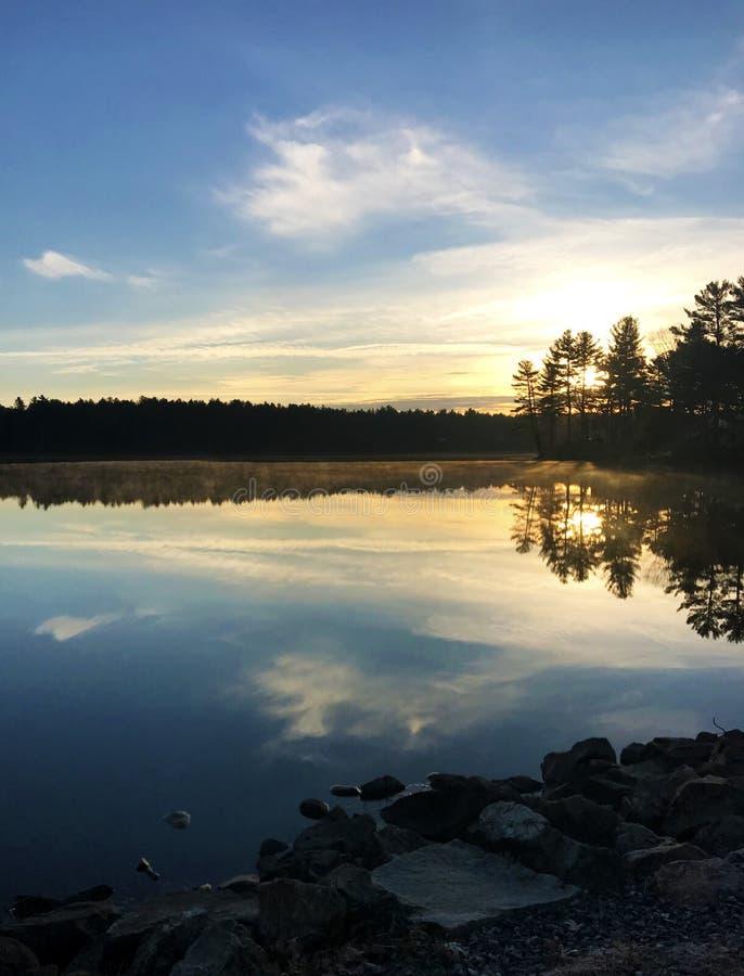 Lago pacifico al tramonto fotografia stock
