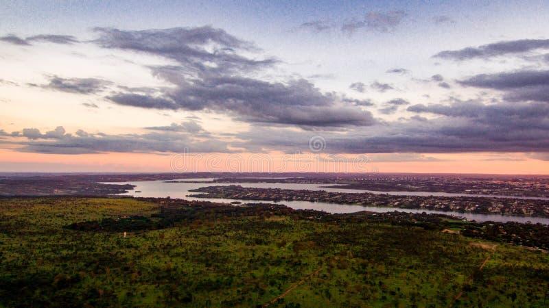 Lago Paranoa visto de lonje a finales de tarde imagen de archivo libre de regalías