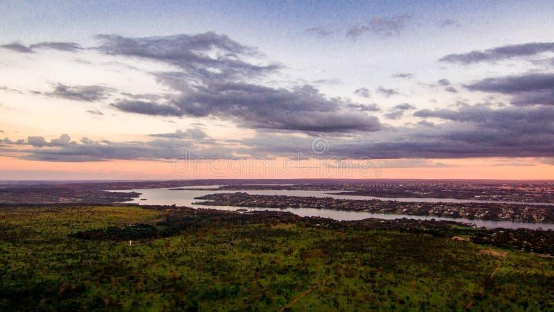 Lago Paranoa visto de lonje a finales de tarde foto de archivo