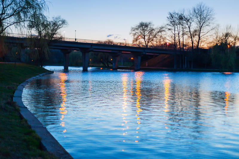 Lago park en la noche foto de archivo libre de regalías