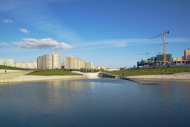 Lago, parque, edifício, canteiro de obras fotos de stock royalty free