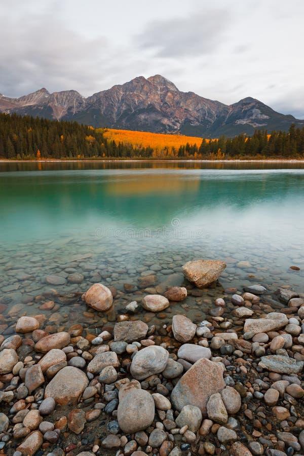 Lago patricia e montagna della piramide fotografia stock
