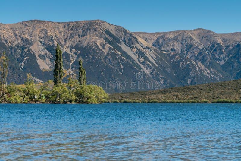 Lago Pearson en Craigieburn Forest Park en la región de Cantorbery foto de archivo