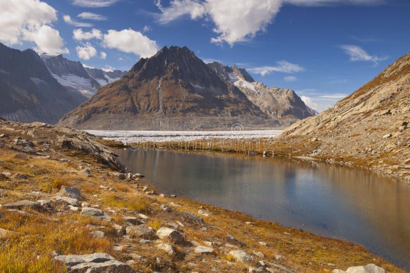 Lago pequeno ao longo da geleira de Aletsch em Suíça fotos de stock