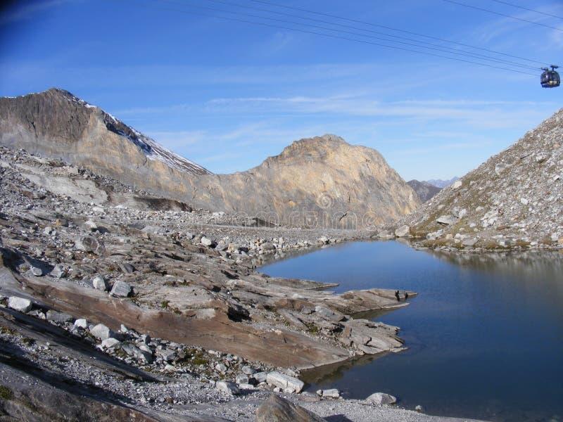 Lago pequeno nos mountians de Hintertux imagens de stock