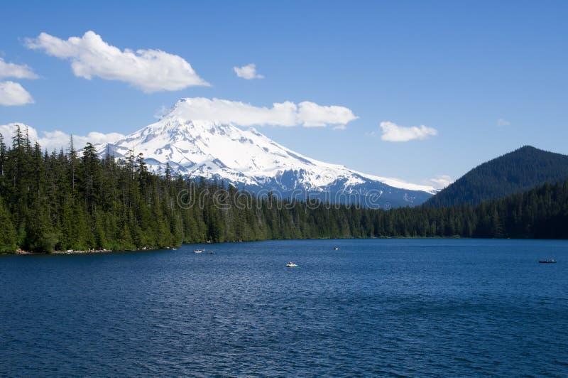 Lago perdido com vista da capa do Mt imagens de stock royalty free