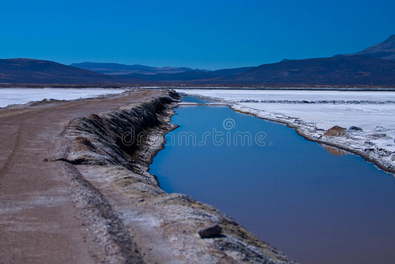Lago peruano das montanhas em Reserva Natural de Salinas foto de stock