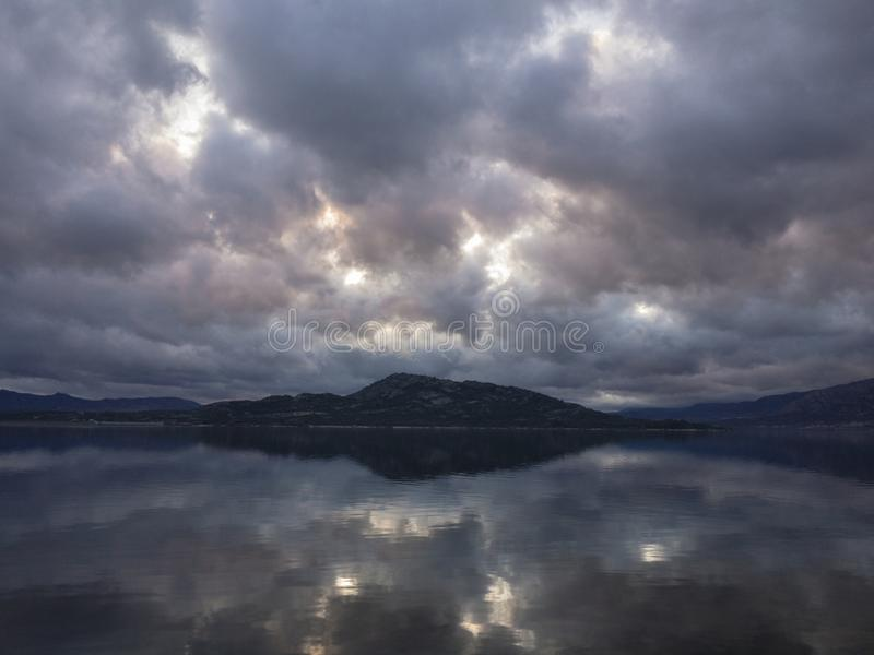 Lago piacevole fra le montagne immagini stock libere da diritti