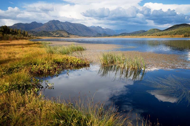 Lago piccolo Yazevoe, Altai, il Kazakistan fotografie stock