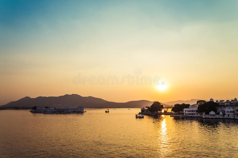 Lago Pichola e por do sol de Taj Lake Palace em Udaipur, Índia fotografia de stock