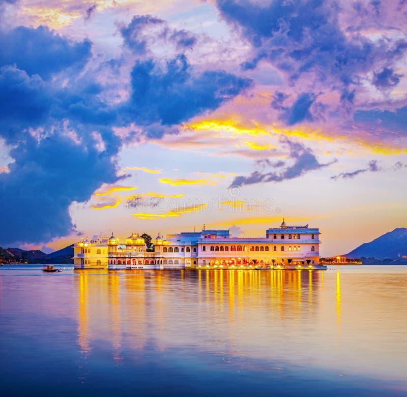 Lago Pichola e Taj Lake Palace, Udaipur, Rajasthan, Índia imagens de stock royalty free