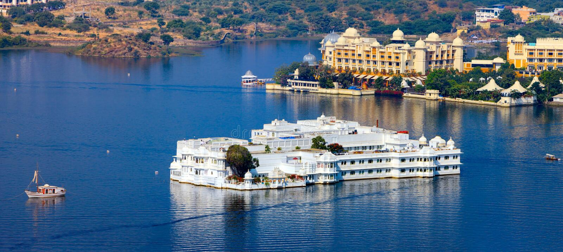 Lago Pichola y Taj Lake Palace en Udaipur. La India. fotos de archivo