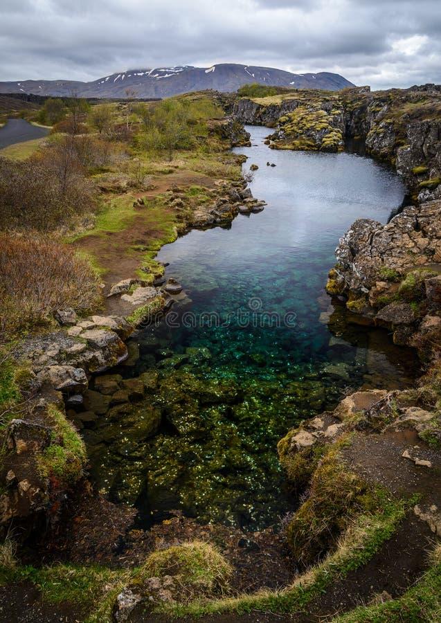 Lago in pieno delle monete nel parco nazionale di Pingvellir, Islanda fotografia stock libera da diritti