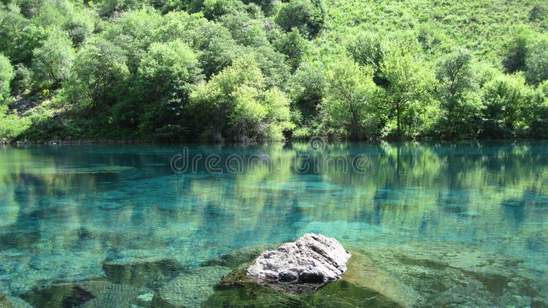 Lago pintoresco de la montaña foto de archivo