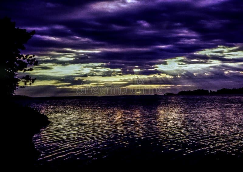 Lago piovoso al tramonto fotografia stock libera da diritti
