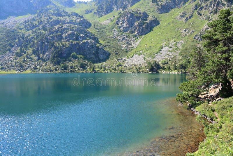 Lago pirenaico em Ariège foto de stock