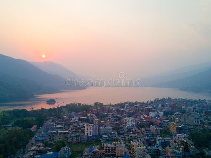 Lago Pokhara Phewa de la orilla del lago de la puesta del sol de la visión aérea fotos de archivo libres de regalías