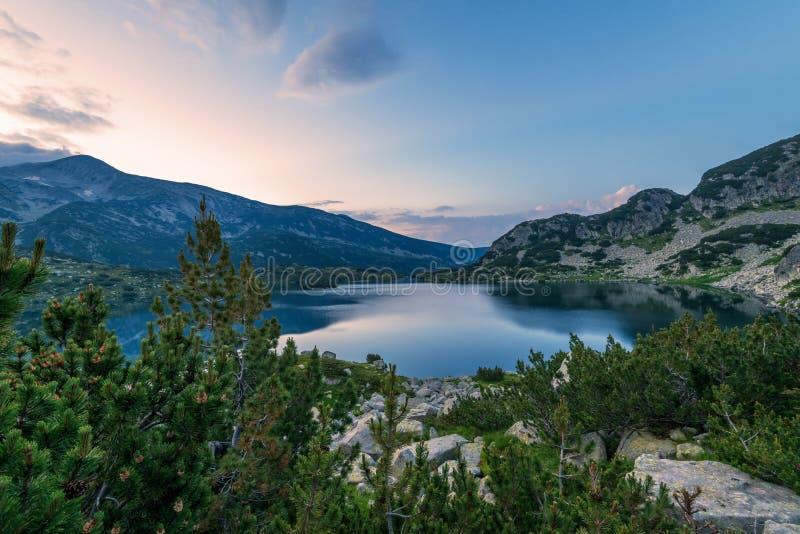 Lago Popovo en la reflexión de Bezbog, de Bulgaria y de las montañas fotos de archivo