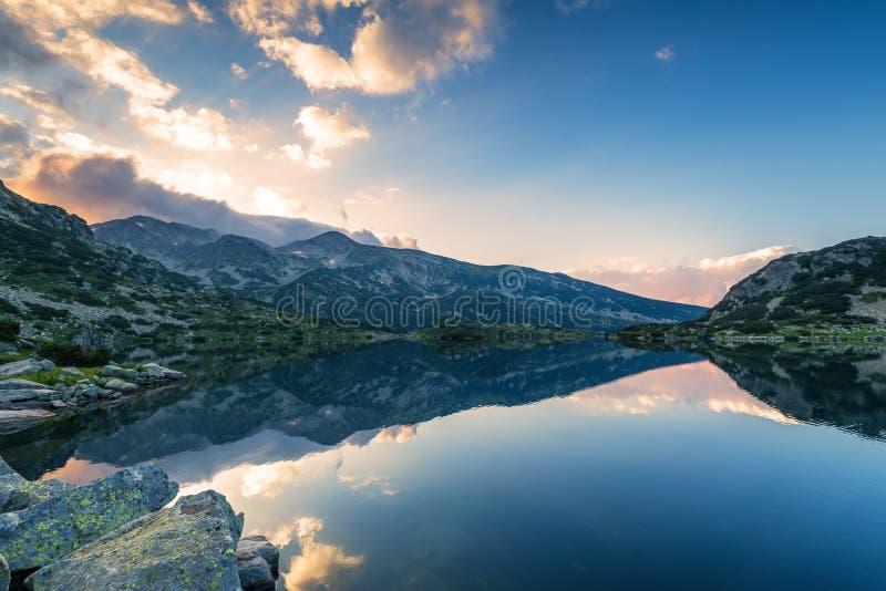 Lago Popovo en la reflexión de Bezbog, de Bulgaria y de las montañas foto de archivo libre de regalías