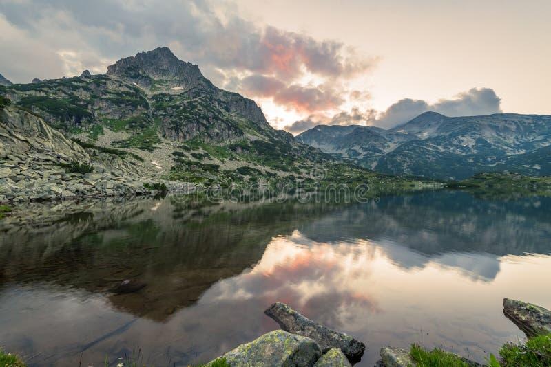 Lago Popovo en la reflexión de Bezbog, de Bulgaria y de las montañas imagenes de archivo
