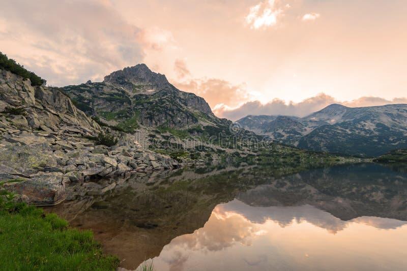 Lago Popovo en la reflexión de Bezbog, de Bulgaria y de las montañas foto de archivo
