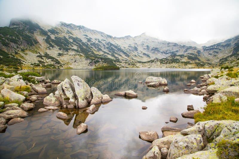 Lago Popovo en la región, Bulgaria y las montañas de Bezbog en la niebla fotografía de archivo libre de regalías