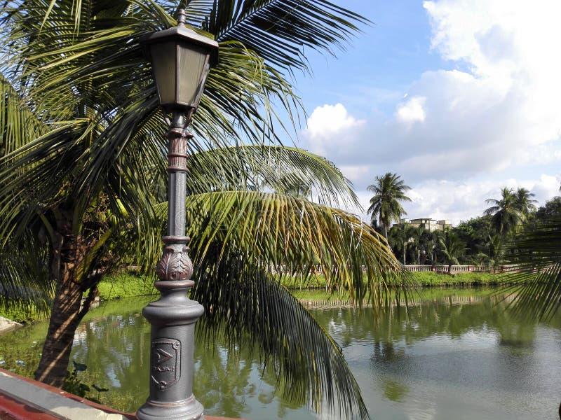 Lago por el jardín imagen de archivo