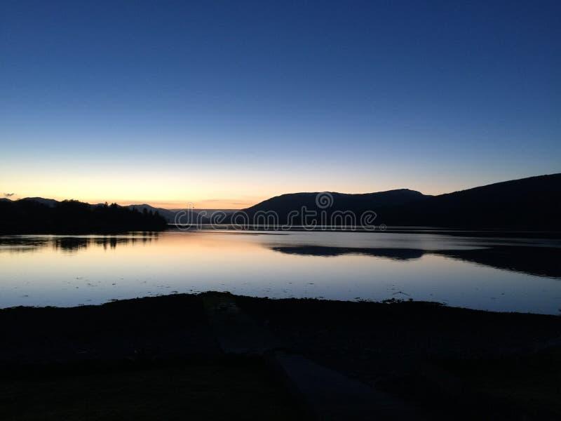 Lago por la noche temprano imágenes de archivo libres de regalías