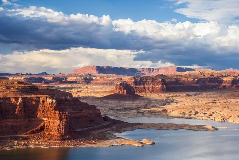 Lago Powell y el río Colorado en Glen Canyon National Recreation Area durante puesta del sol imagen de archivo libre de regalías