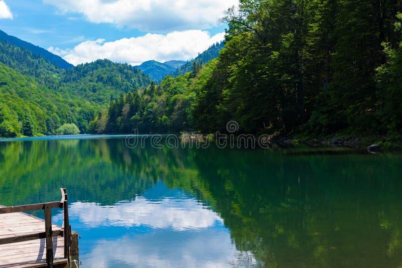 Lago preto Crno Jezero em Durmitor - Montenegro - fundo do curso da natureza fotografia de stock