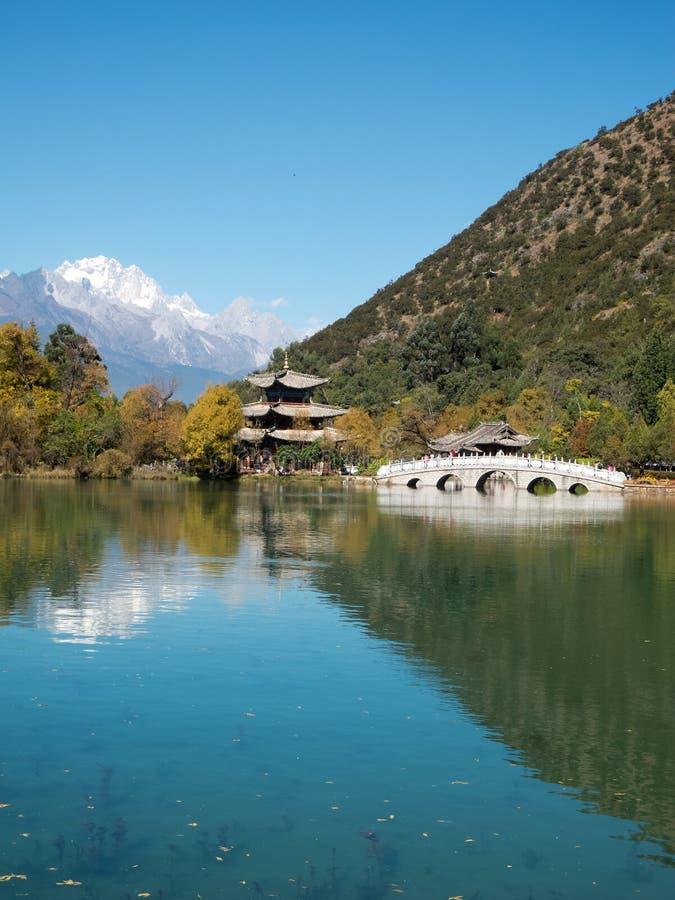 Lago preto em Lijiang, China do dragão fotografia de stock