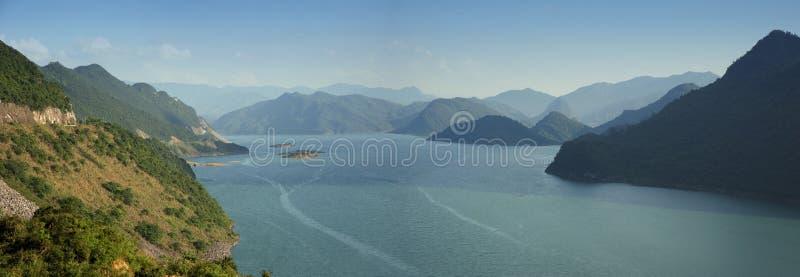 Lago profundo nas montanhas imagem de stock royalty free