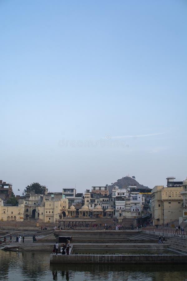 Lago Pushkar com fundo da cidade imagem de stock royalty free
