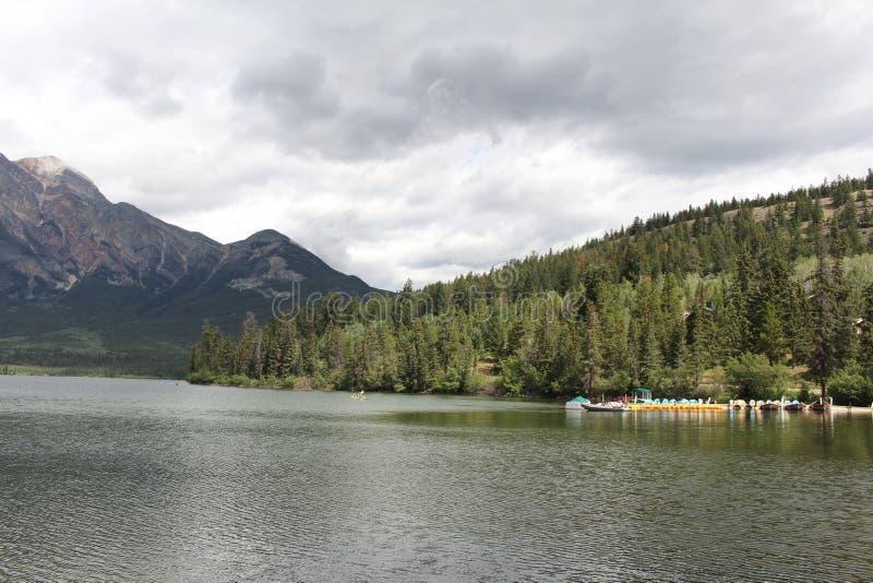 Lago pyramid (montañas rocosas canadienses) imagen de archivo