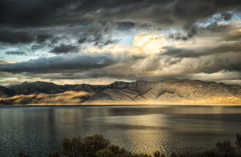 Lago pyramid no pôr do sol foto de stock royalty free