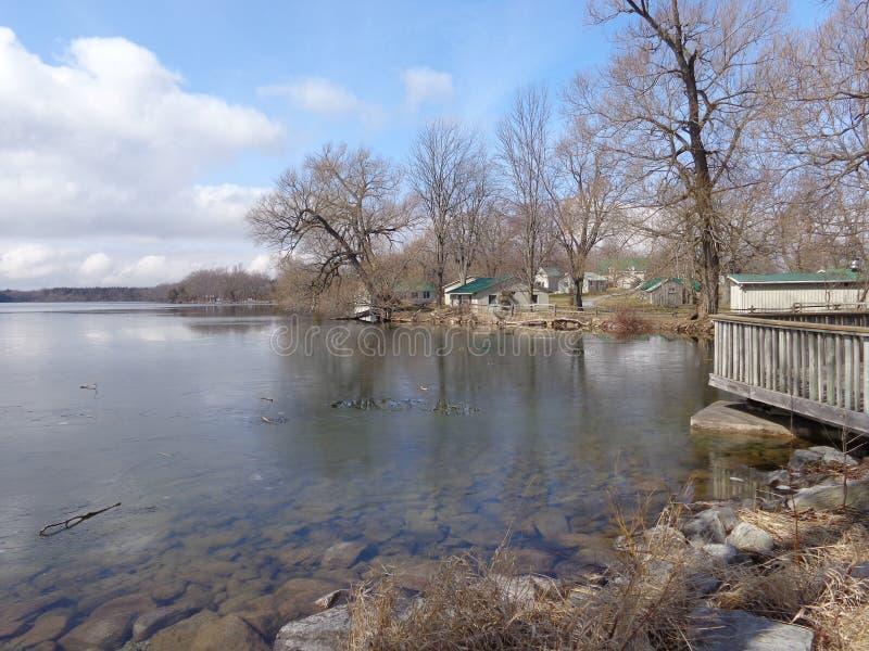 Lago que deshiela la primavera temprana fotografía de archivo libre de regalías