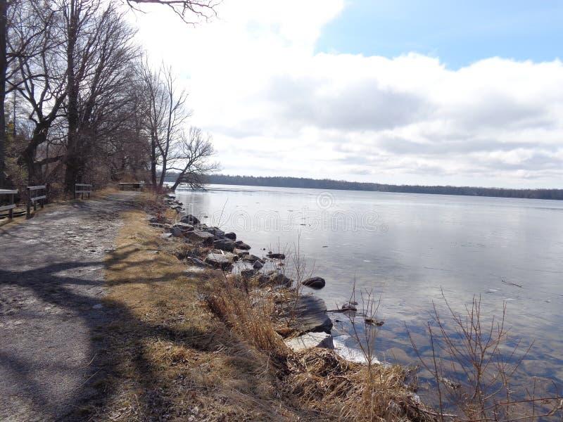 Lago que deshiela la primavera temprana foto de archivo libre de regalías