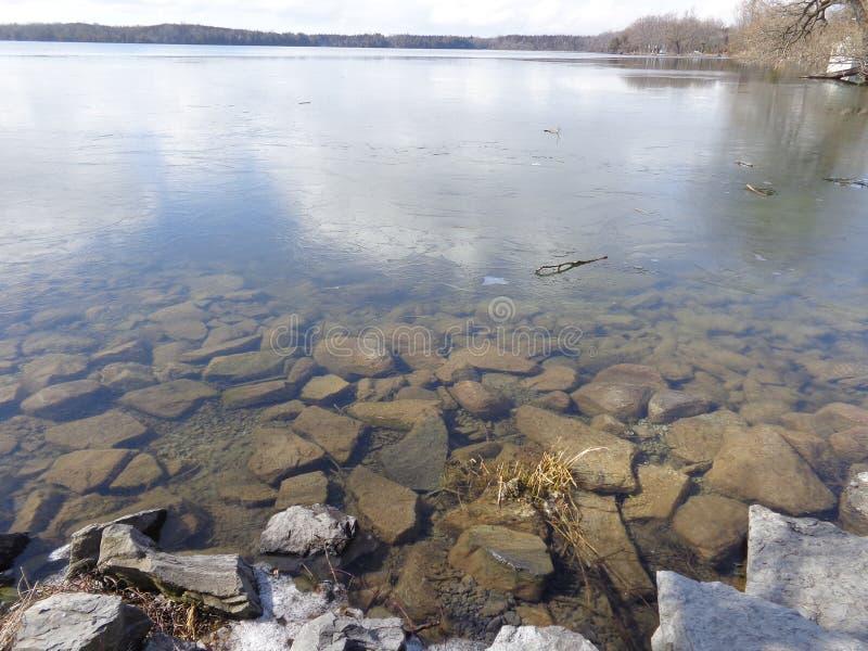 Lago que deshiela la primavera temprana imagenes de archivo