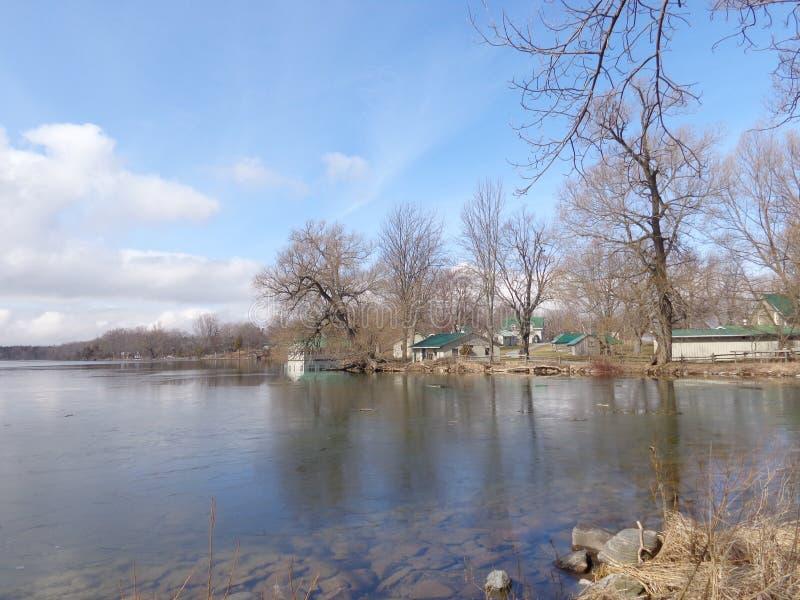 Lago que deshiela la primavera temprana imagen de archivo libre de regalías
