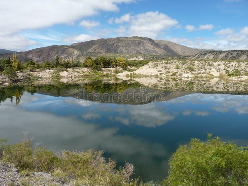 Lago que reflete o céu imagens de stock royalty free