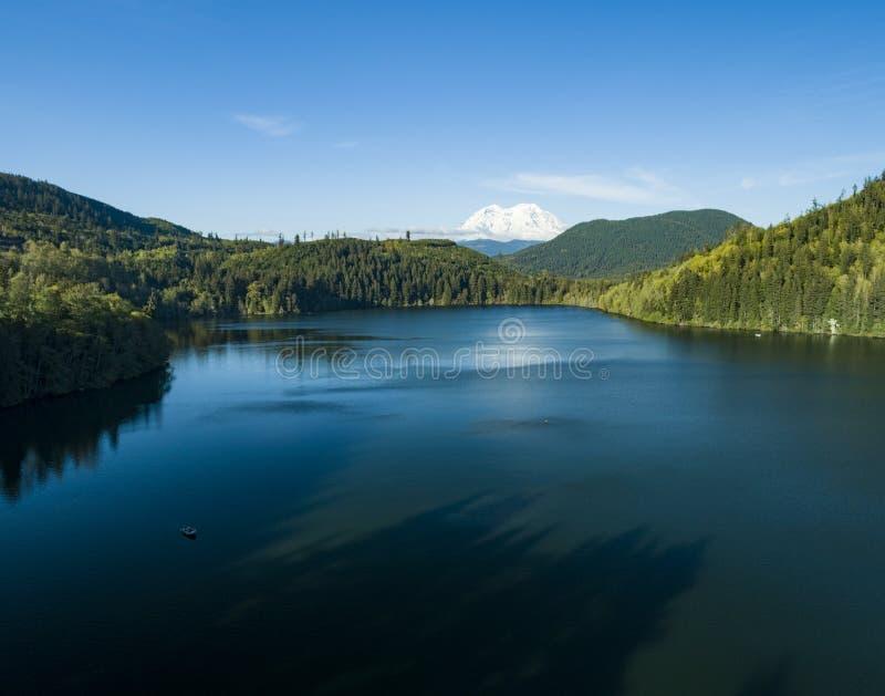 Lago rainier Snowy Peak Above Mineral del supporto fotografia stock libera da diritti