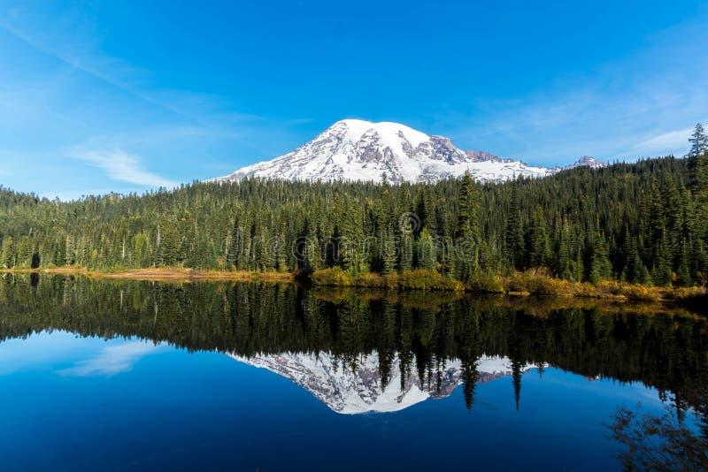 Lago reflection, el Monte Rainier fotos de archivo libres de regalías