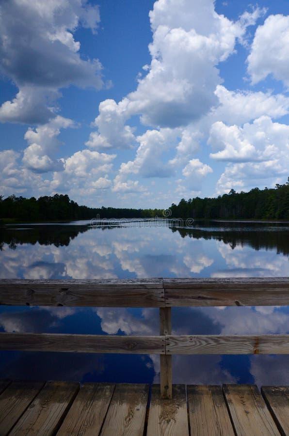 Lago refletindo com nuvens fotos de stock